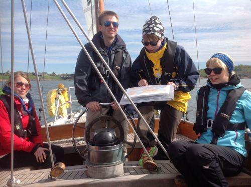 Stefan vid rodter på s/y Navigator under Seglingskursen för nybörjare 2015. Foto Alex Björkholm.